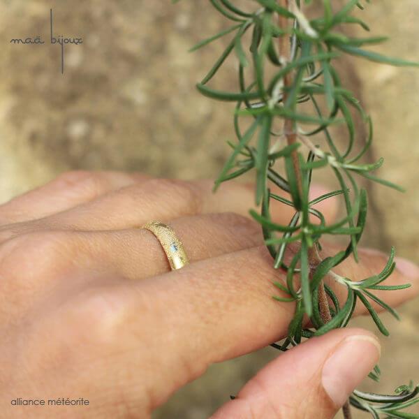 Alliance maä portée au doigt en or jaune 18 carats recyclé, modèle météorite, inspiration spatiale, bijou écologique