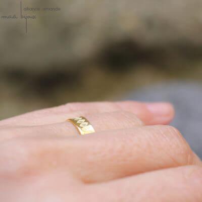 Alliance maä en or jaune 18 carats, modèle Amande, inspiration de la nature, motif yeux, fait main en france en or recyclé écologique, mariage éthique