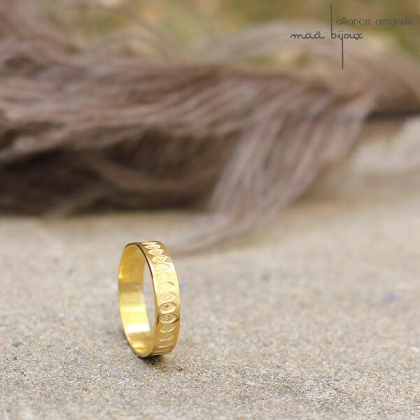 Alliance maä en or jaunerecyclé, modèle Amande, inspiration de la nature, motif yeux, bijoux écologique pour homme et femme fait main en France, mariage éthique