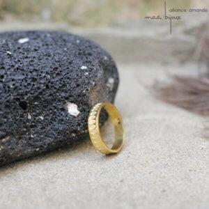 Alliance maä en or jaune 18 carats recyclé, modèle Amande, inspiration de la nature, motif yeux, bijou écologique fait main en France