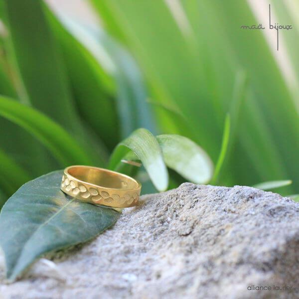 Alliance maä en or jaune 18 carats recyclé, modèle feuille de laurier, inspiration de la nature, bijoux écologique fait main en France, mariage éthique