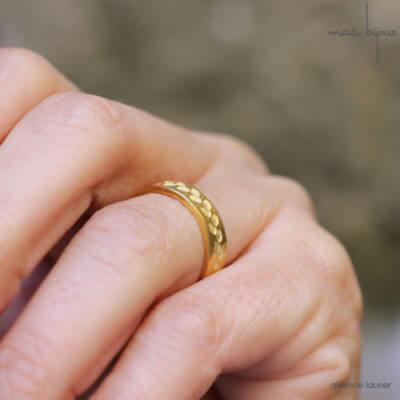 Alliance maä en or jaune 18 carats recyclé, modèle feuille de d'olivier, inspiration de la nature, mariage éthique et écologique, bijou fait main en France