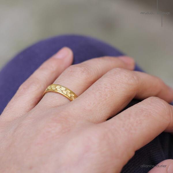 Alliance maä en or jaune 18 carats recyclé, modèle feuille de d'olivier, inspiration de la nature, fait main en France, mariage éthique et écologique