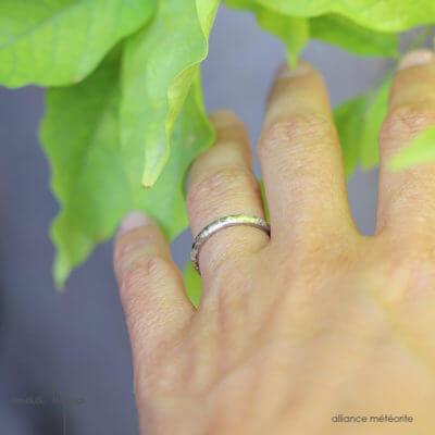 Alliance maä en or blanc 18 carats recyclé, modèle météorite, inspiration de la nature, bijoux écologique fait main en France, mariage éthique