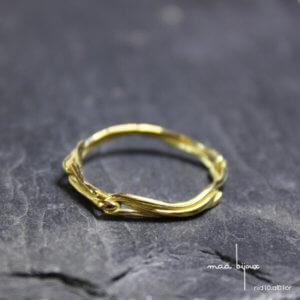 Alliance maä en or jaune, modèle Nid, inspiration de la nature, bijoux écologique fait main en France, mariage éthique