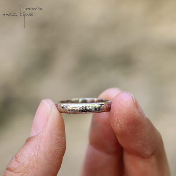 Alliance maä en or blanc 18 carats, modèle meteorite, inspiration de la nature, bijoux écologique fait main en France, mariage éthique