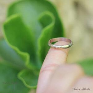 Alliance maä en or blanc naturel 18 carats recyclé, modèle Ruban, inspiré de l'espace, bijoux écologique fait main en France, mariage éthique