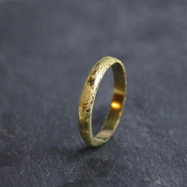Alliance maä en or jaune, modèle météorite, inspiration spatiale, bijou écologique en or recyclé, ethique