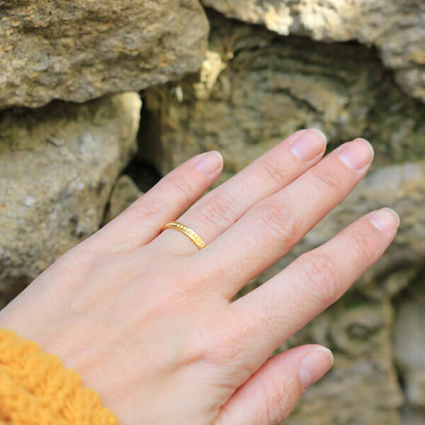 Alliance maä en or jaune 18 carats recyclé, modèle petit point, inspiration minimaliste, bijou écologique fait main en France, mariage éthique