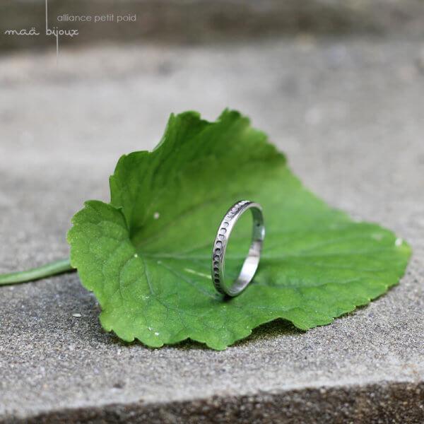 Alliance maä en or blanc 18 carats recyclé, modèle petit point, inspiration minimaliste, bijou écologique fait main en France, mariage éthique