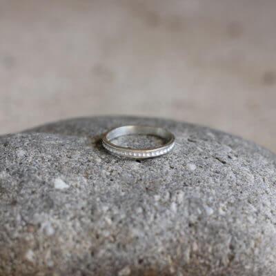Alliance maä en argent massif 925 recyclé, modèle petit point, inspiration minimaliste, bijou écologique fait main en France, mariage éthique
