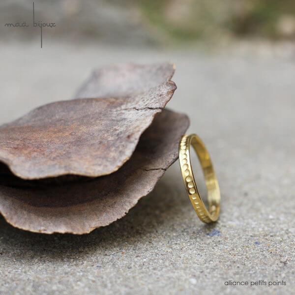 Alliance maä en or jaune 18 carats recyclé, modèle petits points, inspiration minimaliste, bijou éthique pour homme et femme, mariage écologique