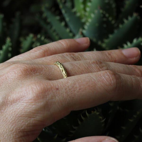 alliance maä en or jaune, modèle plissé pour homme et pour femme, alliance brute, faite main en france par un artisan