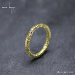 Alliance maä en or jaune 18 carats recyclé, modèle Plissé, inspiration de la nature, mariage éthique, bijou écologique pour homme et femme