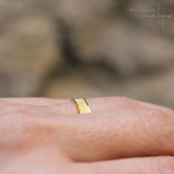 Alliance maä en or jaune 18 carats recyclé, modèle Rayure portée, bijou minimaliste pour homme et femme fait main en France, mariage ethique et écologique