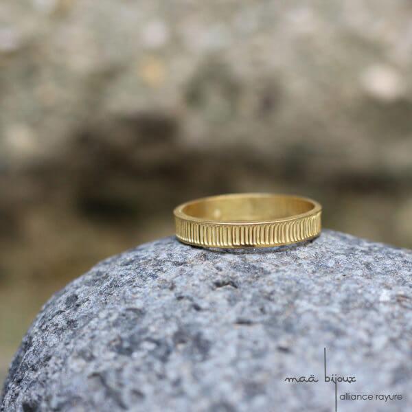 Alliance maä en or jaune 18 carats recyclé, modèle Rayure, bijou minimaliste pour homme et femme, bijou écologique fait main en France