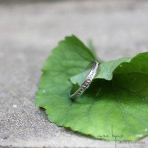 Alliance Maä bijoux en or blanc recyclé, motif petit point, alliance petit créateur fait main en France