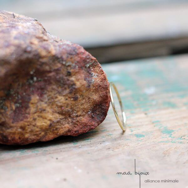 Alliance minimale en or jaune recyclé 18 carat, bijoux écologique pour un mariage eco-responsable