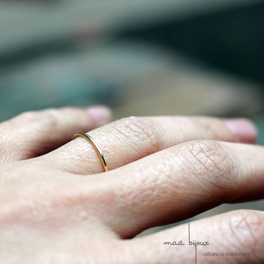 Alliance minimale fil fin en or jaune 18 carats recyclé, bijoux écologique fabriquée en france, mariage minimaliste