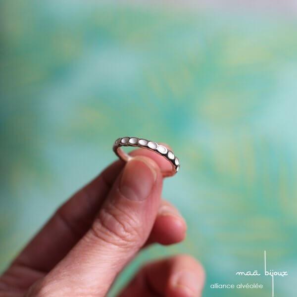Alliance en argent massif 925 recyclé, avac alvéole blanchit, petit point poinçonné, bijou écologique d'artisan fait main en France